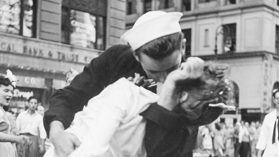 Radical Feminists Bitch Over Classic Male-Female Sailor Kiss Photograph, Labelling It Misogynistic